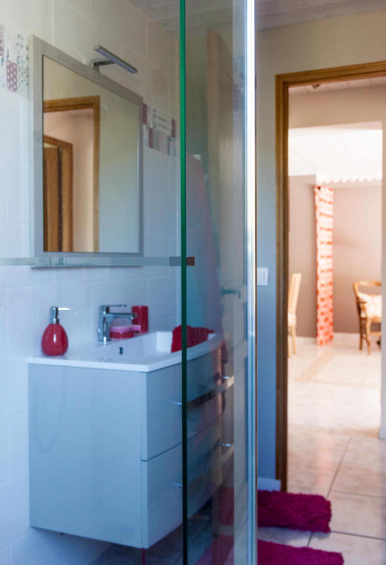 Salle d\'eau fraîche et colorée, à mi-chemin entre chambre et ...